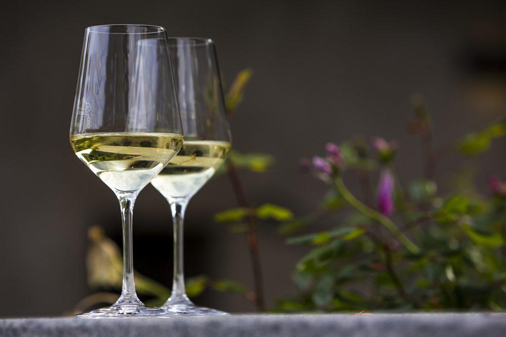 deux verres de vins blanc